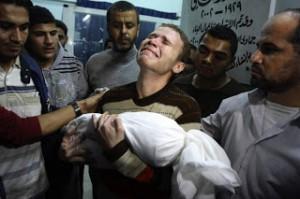 El periodista de la BBC árabe Jihad Misharawi  llora la muerte de su pequeño hijo de once meses, caído durante el bombardeo israelí sobre la población civil en Gaza.