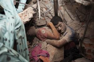 Fotografía de Taslima Akhter tomada en el derrumbe de una fábrica de ropa en Dhaka, Bangladesh, el 24 de abril pasado, en el que murieron más de 900 personas.