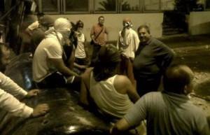 En la foto se ve al Alcalde de Valera, el opositor José Karkom, instruyendo un bloqueo nocturno de calles (RedPres Noticias).