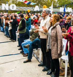 Luis Puig y Constanza Moreira en primera fila celebrando el Primero de Mayo en la Plaza de los Martires de Chicago.